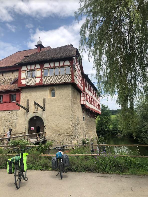 Nos vélos devant le château de Hagenwill